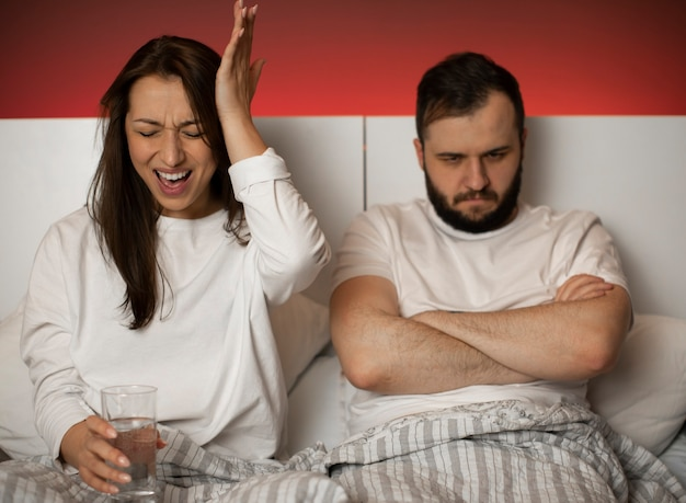 ベッドで議論しているカップル