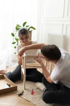 Diyの椅子を一から組み立てるカップル