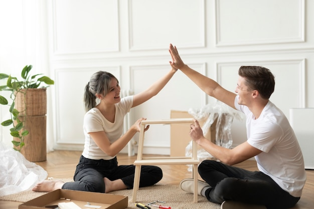Couple assembling a diy chair from scratch Free Photo