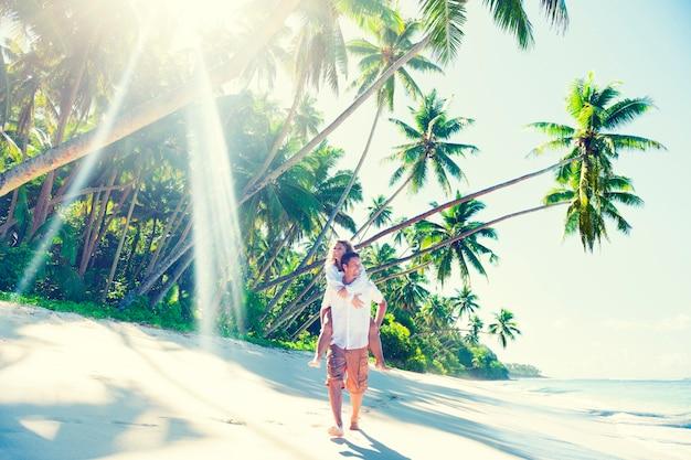 사모아의 열대 해변에서 커플