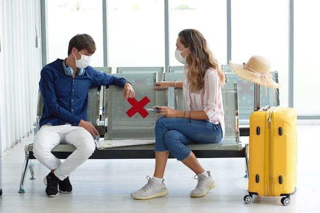 Пара в аэропорту в масках