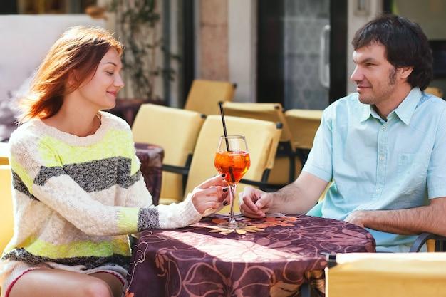 Пара за столиком в кафе, на открытом воздухе. италия, европа