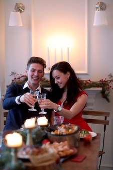 クリスマスディナーでのカップル