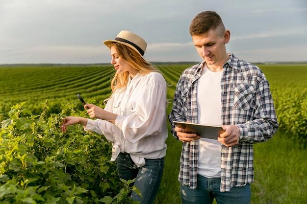 タブレットで農場でのカップル