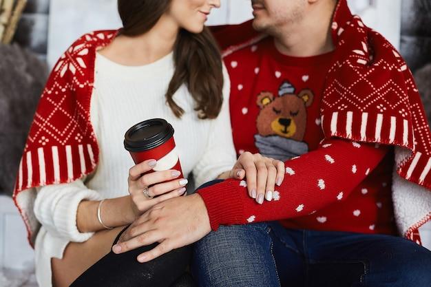 家でお茶を飲むカップル