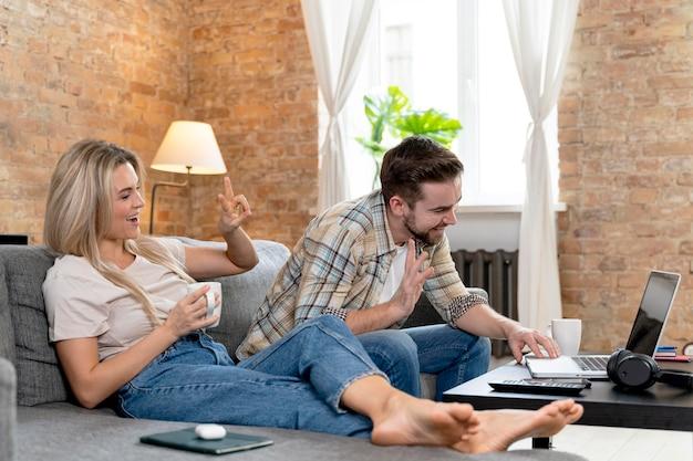 家族とビデオ通話をしている自宅のカップル