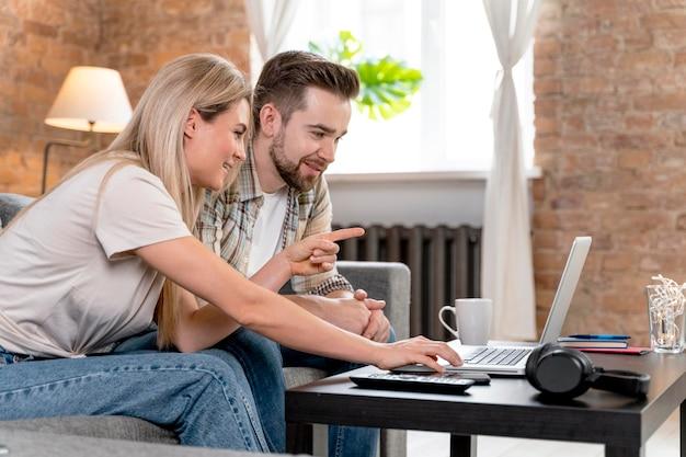 家族とビデオ通話をしている自宅のカップル 無料写真