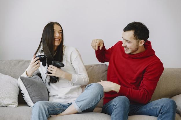 自宅でカップルがビデオゲームをプレイ