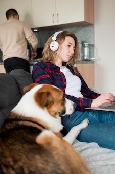 犬と自宅でカップル