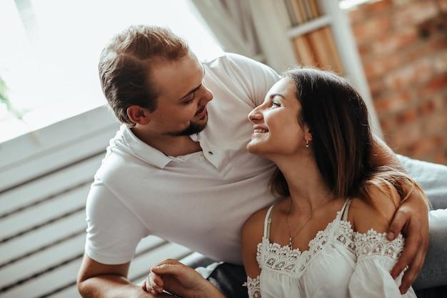 自宅でのカップル