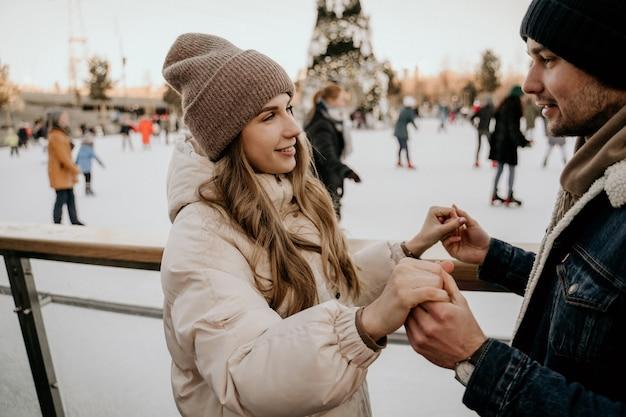 アイススケートリンクのカップル