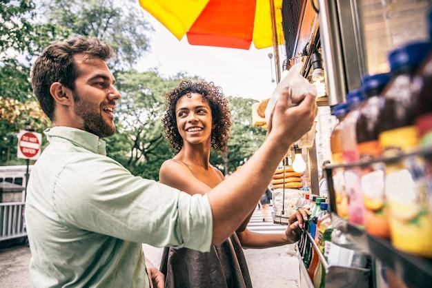 Пара в киоске в нью-йорке