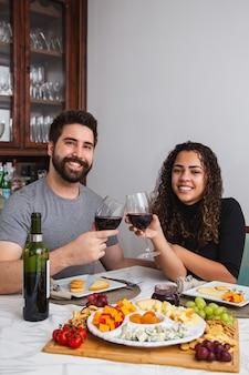 Пара на романтическом ужине, дегустация вина и сыра. зимой сочетаются с винными и сырными закусками. вертикальный