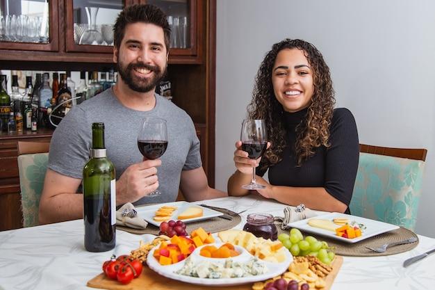 Пара на романтическом ужине, дегустация вина и сыра. пара с вином и сырными закусками зимой