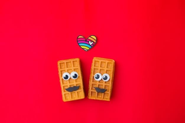 Пара красоты сладкие венские вафли на красном фоне