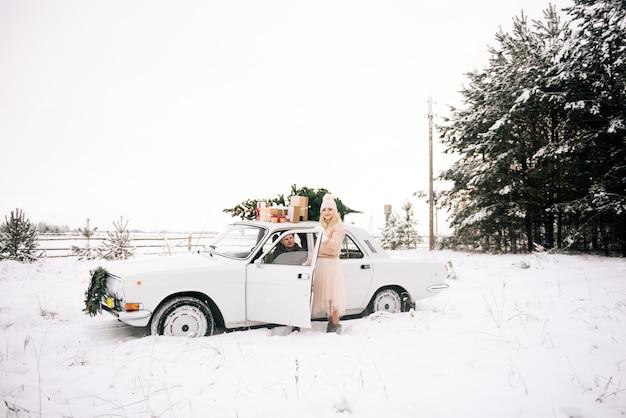 Пара возле машины с хаски в зимнее время