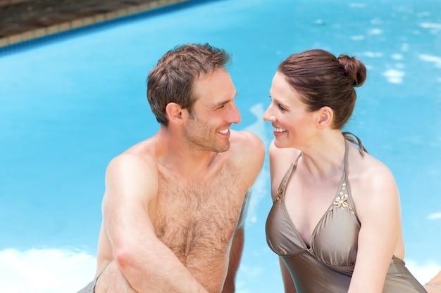 スイミングプールのそばのカップル