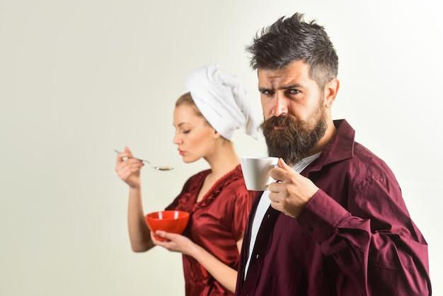 朝食の夫と妻が一緒に朝食をとっている朝の夫婦のカップルの朝食コーヒー