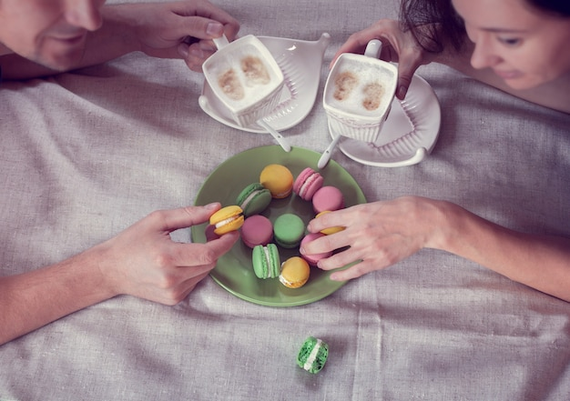 Пара завтрак в постели с кофе и миндальным печеньем