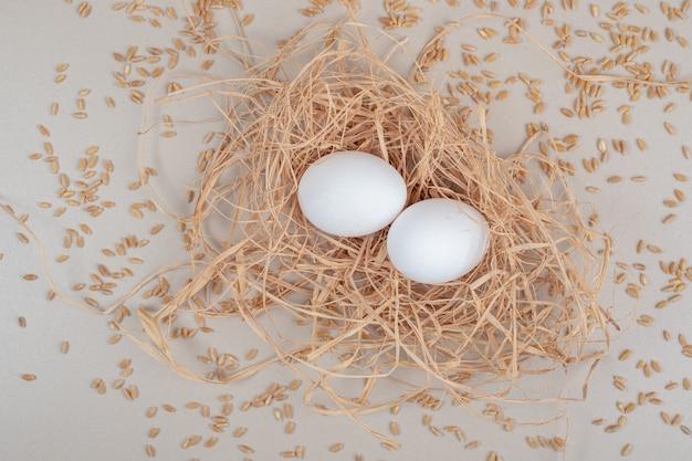 Пара коричневых куриных яиц на белой поверхности