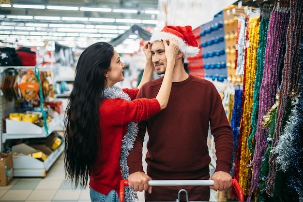 매장에서 크리스마스 장식을 구입하는 몇