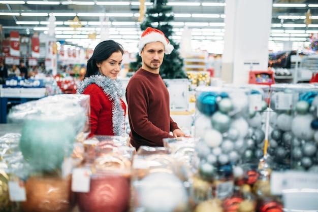 슈퍼마켓에서 크리스마스 기념품을 사는 커플
