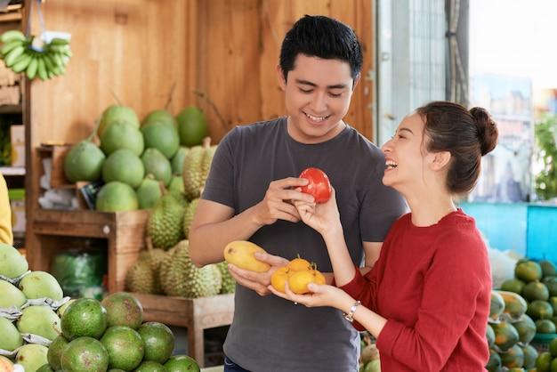 Пара покупает продукты