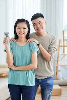 新しい家を買うカップル