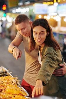 Пара, покупающая уличную еду