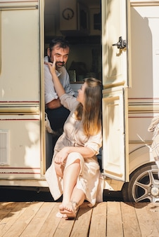 Пара в кемпинге и путешествии на автофургоне