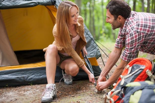 Coppia in campeggio nella foresta