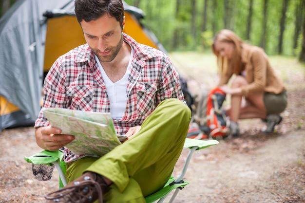 숲에서 캠핑하는 커플