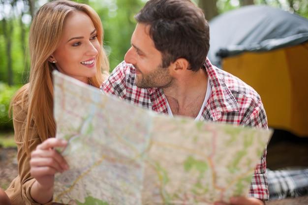 森の中でキャンプするカップル