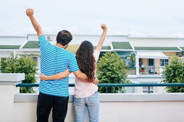 新しい家の購入を祝っているカップル