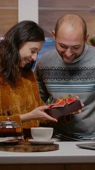 ビデオ通話会議でクリスマスイブを祝うカップル