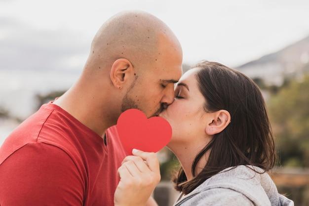 キスの日を祝うカップル