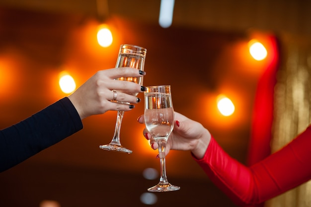 Пара празднует с шампанским
