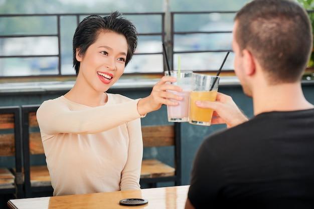 Пара празднует с коктейлями