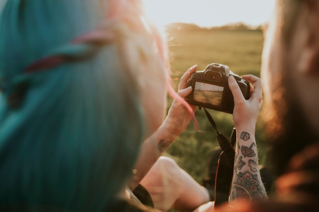 카메라 야외 촬영에서 사진을 확인하는 커플