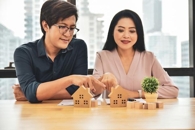 Пара выбор модели дома, чтобы купить дом
