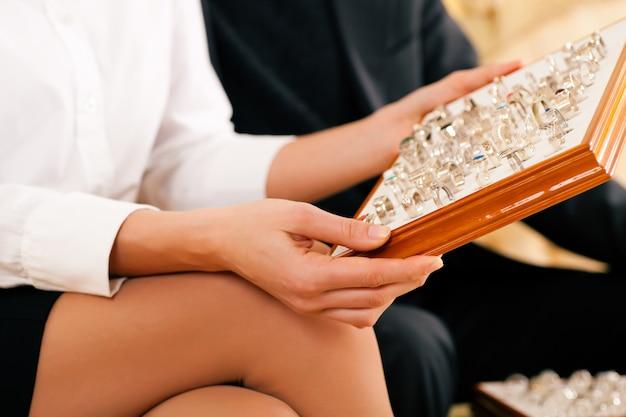 Пара выбирает кольцо у ювелира