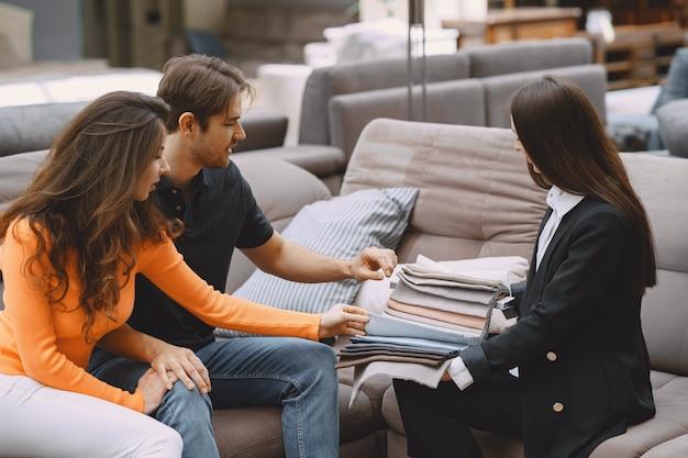 Пара выбирает ткань в мебельном магазине