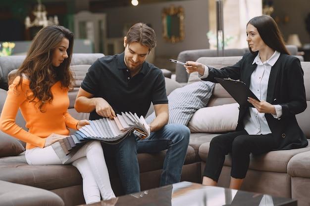 家具店で生地を選ぶカップル