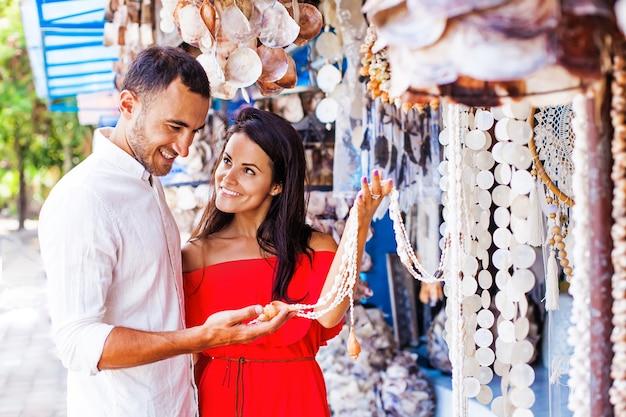 市場で家の装飾を選ぶカップル