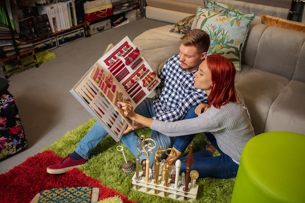 Пара выбирает текстиль в магазине украшений для дома, делая карантин домашнего интерьера