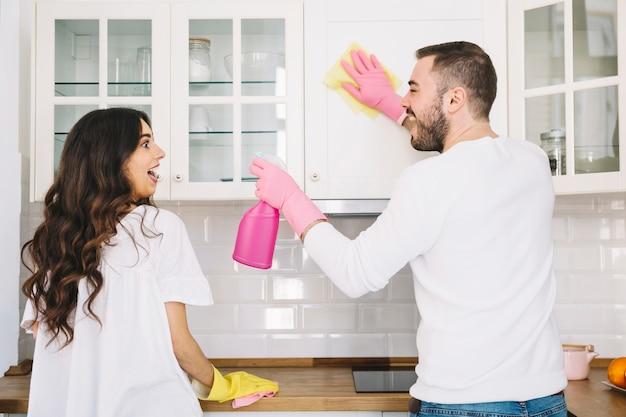 キッチンを一緒に掃除するカップル