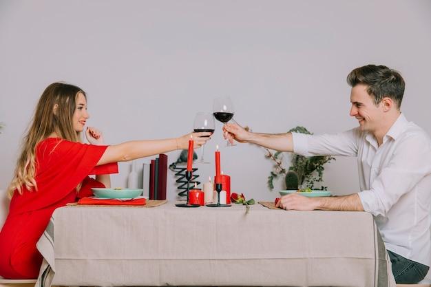 Vetri clinking delle coppie sulla cena romantica