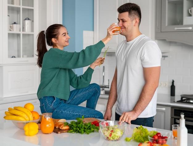 집에서 요리하는 커플