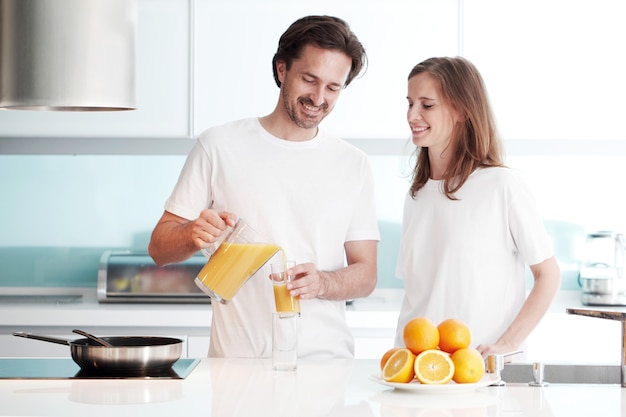 Пара готовит завтрак на кухне