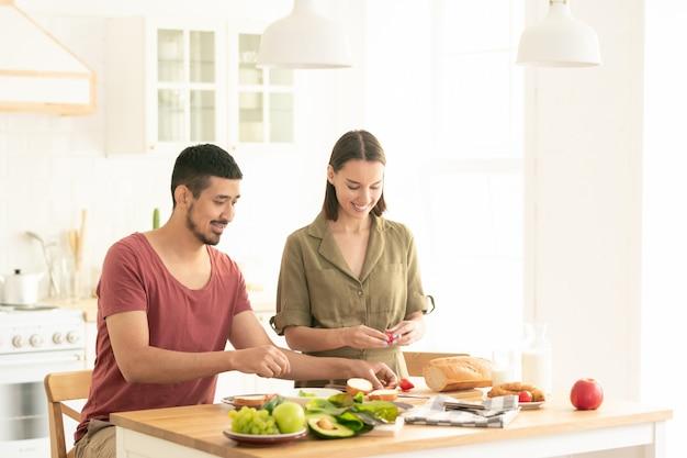 Пара готовит завтрак